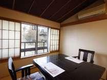 ゆったりとお食事をお楽しみいただける個室お食事処。窓からは愛染桂や北向き観音様をご覧いただけます。