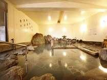 大浴場「岩風呂」当館で一番大きいお風呂です。岩の合間からあふれる温泉が、旅の疲れを癒します。