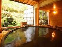 【檜の露天風呂】檜の浴槽で屋根はありますが解放感抜群です!