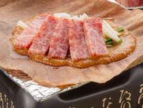 信州和牛朴葉焼き。ちょうどよくサシの入った信州和牛を、オリジナルのリンゴ味噌とともにあぶります。
