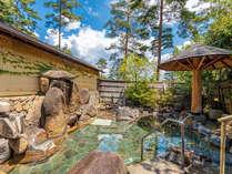 露天風呂(男) 四季折々の自然と天然の湯けむり香る露天風呂は岩に囲まれ、開放感があります。