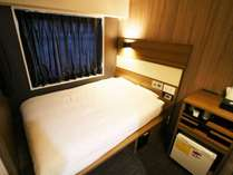 リニューアル完了!ダブルベッドルーム:眠りを追求した140cm幅のベッドと適度な硬さのマットでぐっすり