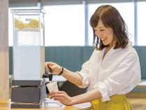 ウェルカムドリンクサービスとして挽きたてコーヒーとさわやかなレモンウォーターをご用意しております。