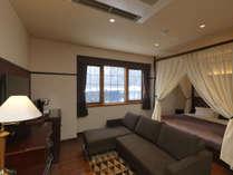 ◆ダブルベッドルーム(冬)/天蓋付のダブルベッドルーム。カップルやご夫婦におすすめです(客室一例)