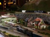 ◆バーラウンジ/センターテーブルには、かつてこの地を駆け抜けたSLの鉄道ジオラマを展示