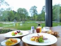 ◆朝食/朝の光が降り注ぐ開放的なレストランで、心も体もよろこぶ爽やかな朝食を(イメージ)
