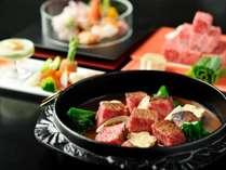 【明治の牛鍋】特別会席の台の物。ぶつ切りの牛肉を甘めの味噌で仕立てた逸品※