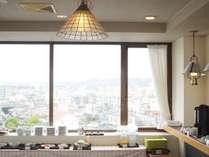 好評の朝食無料サービス♪6階のレストランからは、海や街を見渡しながらお召し上がりいただけます。