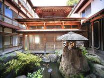 内風呂の平安風呂は、外観からわかる通り、伝統的な湯屋建築。湯船の中で日頃の疲れを開放・・・