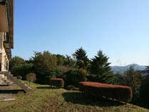 空の青と山々の緑にとっても近いお宿です(お庭からの風景)