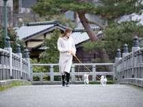 当館から徒歩1分 浅野川に架かる中の橋 わんちゃんとお散歩にお出かけ下さい