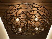 鳥の巣をイメージしたシャンデリア