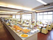 ◆25品以上の朝食和洋バイキング。窓側では朝の長崎港の様子をご覧いただけます。
