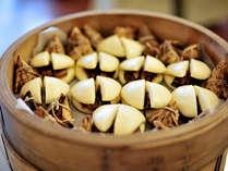 和洋中バイキング《豚の角煮》飴色に煮込みパオ(まんじゅう)で挟みました。蒸したてをどうぞ。◆
