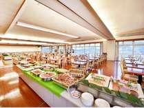 バイキングレストラン「サンライズ」。夜景を見ながらの全50品以上の和洋中ディナーバイキングが好評。