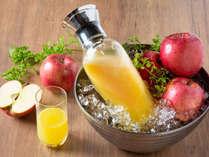 【青函市場・朝食一例】ご注文頂いてから搾る100%フレッシュりんごジュース。甘みと香りが格別です。