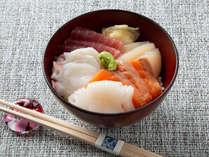 【青函市場・朝食一例】マグロやサーモン、イカなどを好きなだけ乗せて贅沢な海鮮丼を。(季節により変更)