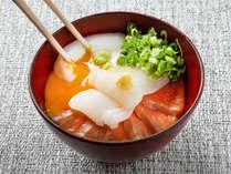 【青函市場・朝食一例】自分でネタを選んでオリジナルの海鮮丼に。温泉卵も良く合います(季節により変更)