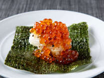 【青函市場・朝食一例】朝の一番人気!いくらの炙り飯。炙った握り飯の上にいくらがたっぷり♪