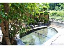 杖立川を望む貸切露天風呂。
