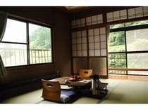 2階和室のお部屋(6畳)。窓からは杖立川や山々を見ることができます☆