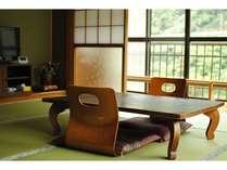 2階和室のお部屋(8畳)。窓からは杖立川や山々を見ることができます。