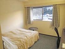 *シングルルーム一例/窓の外には下田の街並みを見下ろせます。ダブルベッドで広々とお休み下さい♪