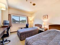 *ツインルーム一例/シングルベッドが2台、18㎡のシンプルな造り。