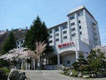 【ホテル外観】 春の湯沢東映ホテル。優しい桜の花が印象的。