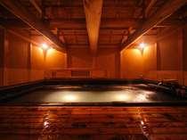 圧倒的な存在感を放つ「大湯 金泉堂」。絶え間なく青根の湯が注がれている。