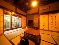 窓の外には一面の緑。風情たっぷりの落ち着いた和室でゆっくりとした時間をお過ごしいただけます。