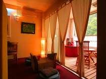 情熱的な「赤」を基調とした客室「紅柄」。赤い浴槽、赤い絨毯、2人の気持ちを高めてくれる。