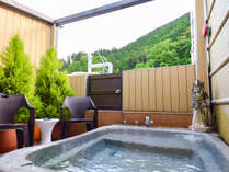 *〔天空・露天風呂〕オープンエアで掛け流しの温泉を楽しめるのはたった一組だけの贅沢です