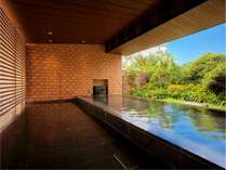寄木細工を意匠とした開放的な露天風呂