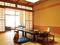 10畳和室一例。ゆったりくつろぎの空間。窓の外には豊かな自然を望みます