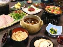 【これなら満足】「メカジキのエゴマ鍋」「若鶏の吹寄せ朴葉焼き」「松茸ご飯」と和会席