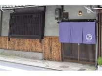 入口。紫ののれんが目印です!