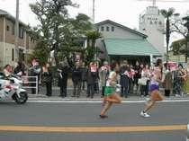 玄関の前を力走する箱根駅伝の第4区走者。毎年1月2日、3日。
