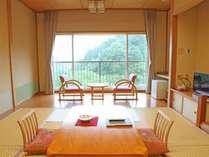 客室一例 和室10畳~15畳 総ひのき内風呂付客室 大きな窓から雄大な自然が♪