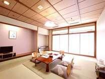 客室一例(601号室)8畳~12畳 窓から渓流が臨む客室です。