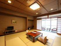 客室一例(701号室)8畳~12畳 窓から渓流が臨む客室です。