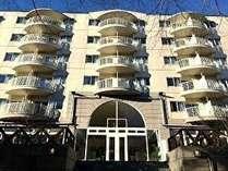 【ホテル外観】山中湖畔沿いにある国際観光ホテルです。自然に囲まれごゆっくりとお寛ぎいただけます。