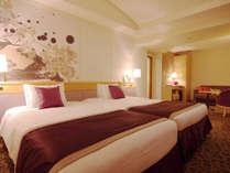 【デラックスツインルーム】約40平米の客室に幅1200mmのベッド(眺望:隅田川側)
