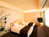 【コーナーツインルーム】約45平米の客室に幅1200mmのベッド(眺望:隅田川側)