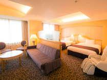 【ジュニアスイートルーム】約62平米の客室に幅1500mmのベッド(眺望:隅田川側)