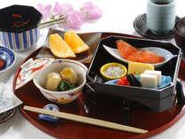 ≪ご朝食(和食一例)≫旬を大切にした一品一品と高層階からの景観をお楽しみください。