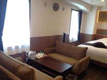 洋室【ツインルーム:禁煙】22.4平米の広さで応接セットも完備