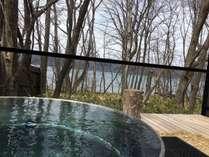 屈斜路湖を望む絶景の源泉かけ流し露天風呂