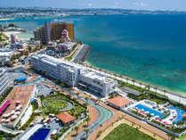 【ホテル外観】隣接するヒルトン沖縄北谷リゾート内の3つの屋内外プール、ジム、スパもご利用可能!