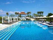 【屋外プール】宿泊特典で利用無料♪リゾート感たっぷりのプールサイドでおくつろぎください